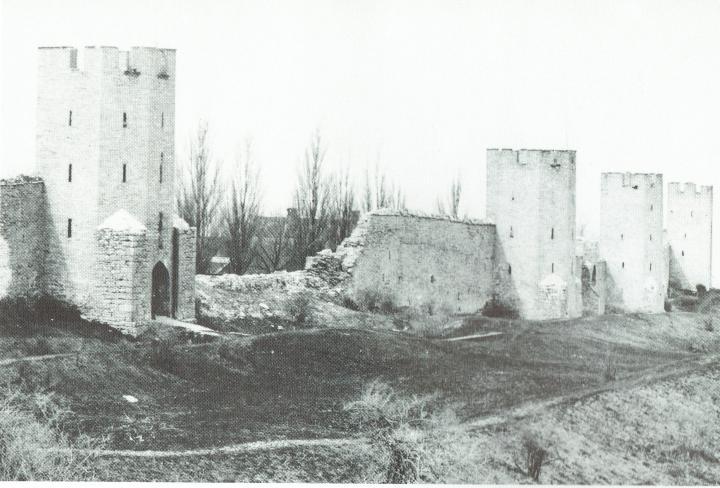 På bilden till höger om S:t Göransporten har muren rasat. Där fanns tidigare ett sadeltorn; Sadeltorn 12. Bild från Visby förr i tiden.