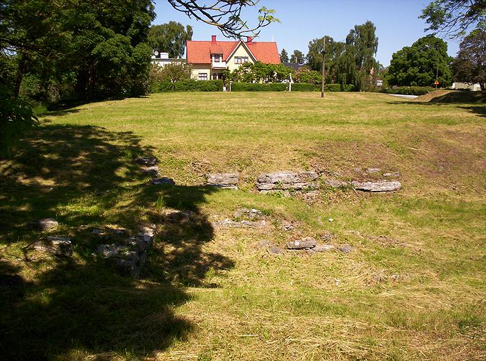 Korsbetningen och grundmurar efter Solberga kloster.